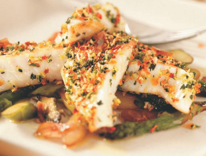 Merluzzo con verdurine e asparagi arrostiti