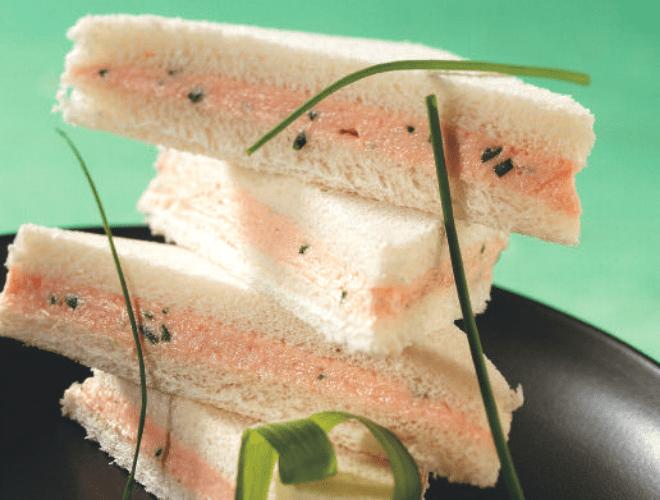 Tramezzini alla mousse di surimi e caprino
