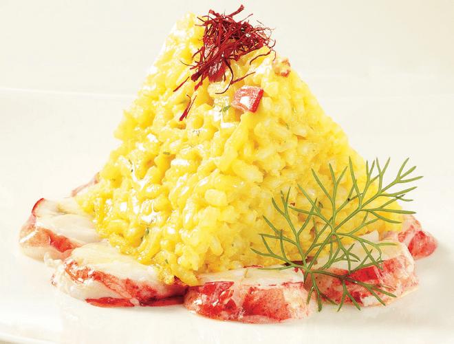 Piramide di riso con aragosta, surimi e zafferano