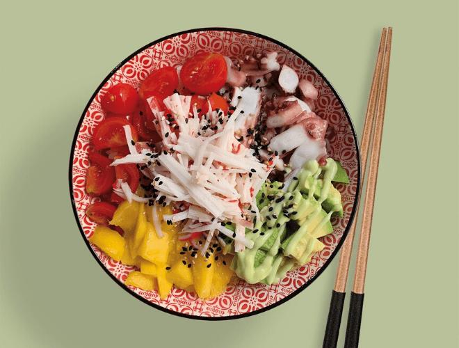 Poke bowl con surimi e polpo