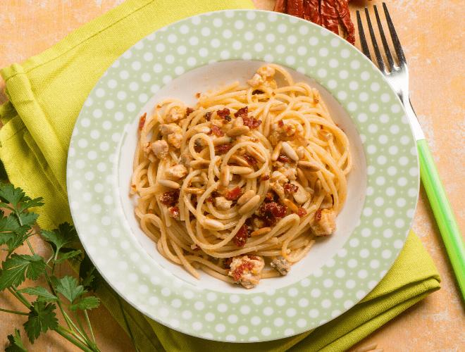 Spaghetti con ragù di Spada, pinoli e pomodori secchi