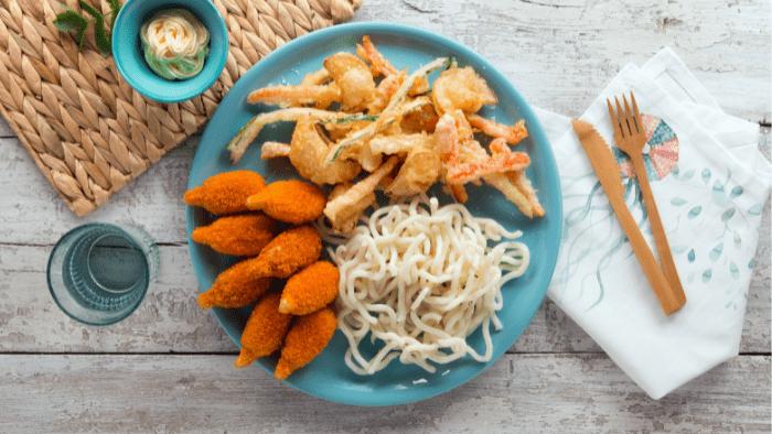 Chele di granchio con noodles e tempura di verdurina fritta