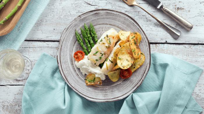 Filetto di merluzzo con asparagi e crema di provola alle erbette fresche