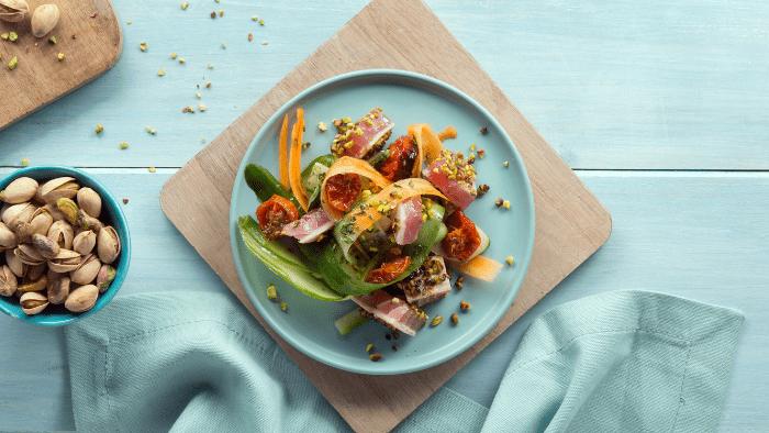 Tataki di tonno con tagliatelle di cetrioli, carote e olio aromatizzato
